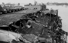 XXXIII-645-00-01-01-4 Gezicht in de Rijnhaven met havenverwoestingen veroorzaakt door de Duitse Wehrmacht. Vernielde ...