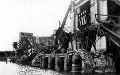 XXXIII-645-00-01-01-5 Gezicht in de Rijnhaven met havenverwoestingen veroorzaakt door de Duitse Wehrmacht. Vernielde ...