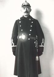 XXXIV-15-02-3 Portret van Harkman, agent van Politiepost Willemsplein. Bijgenaamd : Haantje Pik Alles.