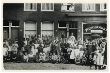 1977-1527 Groep kinderen en volwassenen voor de winkel van vishandel C.J. van Houwelingen, Tollenstraat 48b, op de hoek ...