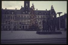 359 Stadhuisplein met kerstverlichting en kerstboom. Op de voorgrond rechts het oorlogsmonument voor alle gevallenen ...