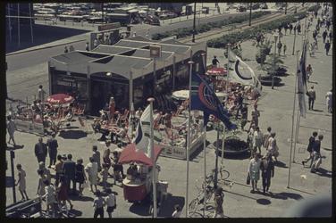 411 Van Oldenbarneveltplaats, hoek Coolsingel met tijdelijke paviljoentjes ter gelegenheid van de Manifestatie C 70. De ...