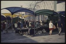 445 De verkoop van kunst en schilderijen onder gekleurde polyester afdakjes op het Beursplein tijdens de Manifestatie C70.