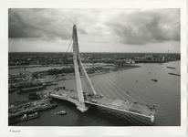 1996-2213 De Erasmusbrug in aanbouw gezien in zuidwestelijke richting. Links de pyloon en eerste brugdelen, daarachter ...