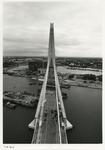 1996-2215 De Erasmusbrug in aanbouw gezien van bovenaf in zuidelijke richting. Achter de pyloon is de Wilhelminapier te ...