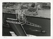 1996-2272 Bovenaanzicht op de Erasmusbrug in aanbouw en het werkterrein op de Kop van Zuid en de Wilhelminapier. Op het ...