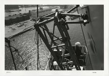 1996-2294 Schilderwerk aan één van beide pylonen van de Erasmusbrug. Op de achtergrond de Nieuwe Maas en de Wilhelminapier.