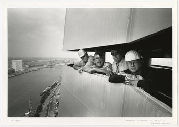 1996-2308 De uitvoerders en de directie van de firma's Grootint en Heerema in de top van de pyloon van de Erasmusbrug ...