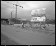2005-2315-242 De bouw van vier appartementencomplexen aan de Strandweg in Hoek van Holland. Op de voorgrond staat een ...