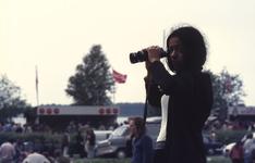 2006-47-001 Diareportage van het Holland Popfestival in het Kralingse Bos (1): een jonge vrouw maakt gebruik van een ...