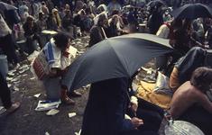2006-47-007 Diareportage van het Holland Popfestival in het Kralingse Bos (7): festivalbezoekers die gebruik maken van ...