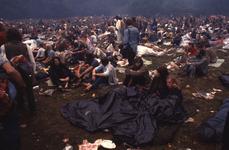 2006-47-009 Diareportage van het Holland Popfestival in het Kralingse Bos (9): overzicht van jongeren op het festivalterrein.