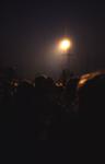 2006-47-010 Diareportage van het Holland Popfestival (10): avondopname met een lichttoren.