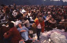 2006-47-016 Diareportage van het Holland Popfestival in het Kralingse Bos (16): jongeren dicht bijeen gezeten op het ...