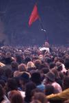 2006-47-021 Diareportage van het Holland Popfestival (21): festivalbezoekers die naar muziek luisteren; een microfoon ...