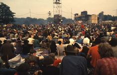 2006-47-022 Diareportage van het Holland Popfestival in het Kralingse Bos (22): overzicht van het festivalterrein met ...