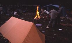2006-47-023 Diareportage van het Holland Popfestival (23): jongeren bij een tentje met een kampvuur.
