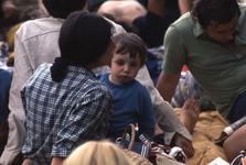 2006-47-025 Diareportage van het Holland Popfestival in het Kralingse Bos (25): een jongen met (waarschijnlijk) zijn ...