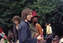 2006-47-028 Diareportage van het Holland Popfestival in het Kralingse Bos (28): twee festivalgangers.