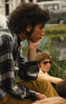 2006-47-031 Diareportage van het Holland Popfestival in het Kralingse Bos (31): een jongen die in gedachten is verzonken.