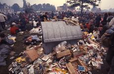 2006-47-034 Diareportage van het Holland Popfestival in het Kralingse Bos: een vuilcontainer met een grote hoeveelheid afval.