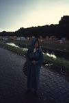 2006-47-036 Diareportage van het Holland Popfestival in het Kralingse Bos (36): een jonge vrouw met een regencape; op ...
