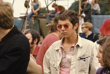 2006-47-040 Diareportage van het Holland Popfestival in het Kralingse Bos (40): een jongen met een gekleurde zonnebril