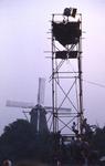2006-47-043 Diareportage van het Holland Popfestival in het Kralingse Bos (43): een lichttoren met op de achtergrond ...