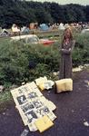 2006-47-044 Diareportage van het Holland Popfestival in het Kralingse Bos (44): een jonge vrouw met foto's van popartiesten.