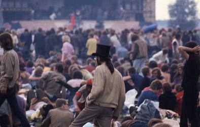 2006-47-046 Diareportage van het Holland Popfestival in het Kralingse Bos (46): bezoekers van het festival met op de ...