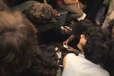 2006-47-047 Diareportage van het Holland Popfestival in het Kralingse Bos (47): een jongen draait een joint terwijl ...