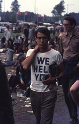 2006-47-048 Diareportage van het Holland Popfestival in het Kralingse Bos: een jongeman die een t-shirt draagt met de ...