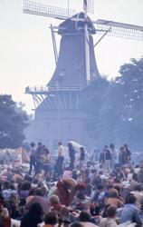 2006-47-050 Diareportage van het Holland Popfestival in het Kralingse Bos (50): festivalbezoekers met op de achtergrond ...