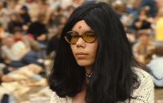 2006-47-051 Diareportage van het Holland Popfestival in het Kralingse Bos (51): een jonge vrouw met een gekleurde zonnebril.