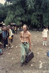 2006-47-052 Diareportage van het Holland Popfestival in het Kralingse Bos (52): een wat oudere man met een fototoestel