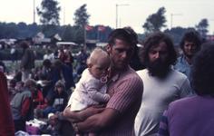 2006-47-054 Diareportage van het Holland Popfestival in het Kralingse Bos (54): een jonge man met een baby