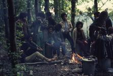 2006-47-055 Diareportage van het Holland Popfestival in het Kralingse Bos (55): jongeren in het bos bij een kampvuur.