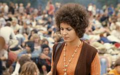 2006-47-057 Diareportage van het Holland Popfestival in het Kralingse Bos (57): een meisje met krullen en een Indiase ketting
