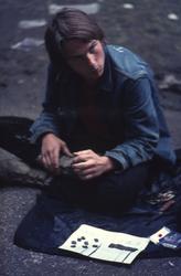 2006-47-058 Diareportage van het Holland Popfestival in het Kralingse Bos (58): een jongen met hasjiesh.