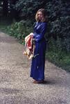 2006-47-059 Diareportage van het Holland Popfestival in het Kralingse Bos (59): een jonge vrouw met haarband in een ...