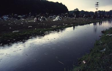 2006-47-061 Diareportage van het Holland Popfestival in het Kralingse Bos (61): overzicht van het - verregende - ...
