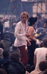 2006-47-064 Diareportage van het Holland Popfestival in het Kralingse Bos (64): een jongen in een wit katoenen blouse ...