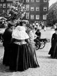 1972-384 Enkele mensen pratend tijdens een marktdag op de Goudsesingel. De vrouw draagt een krullenmuts.