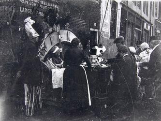 1972-386 Enkele mensen voor het bord Welkom, bij straatnering.