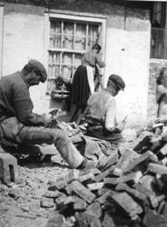 1972-388 Stenenbikkers aan het werk in een straat of een hofje.