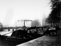 1972-395 Gezicht op de Rotte met de Noorderbrug, uit het zuiden gezien, op de voorgrond schepen geladen met witte kool. ...