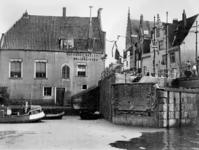 1972-396 Gezicht op de sluis tussen de Delfshavense Schie en de Aelbrechtskolk, uit het westen. Op de achtergrond de ...