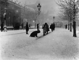 1972-397 Sneeuw bij het Bosje met op de voorgrond spelende kinderen op glijbaantje, links op de achtergrond de ...