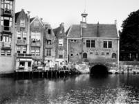 1972-398 Gezicht op de Aelbrechtskolk uit het westen, met in het midden het zakkendragershuisje.