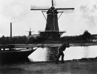 1972-832 De Bergpoldermolen ? gelegen aan de Vlaggemanskade, ongeveer ter plaatse van het latere Stadhoudersplein, ook ...